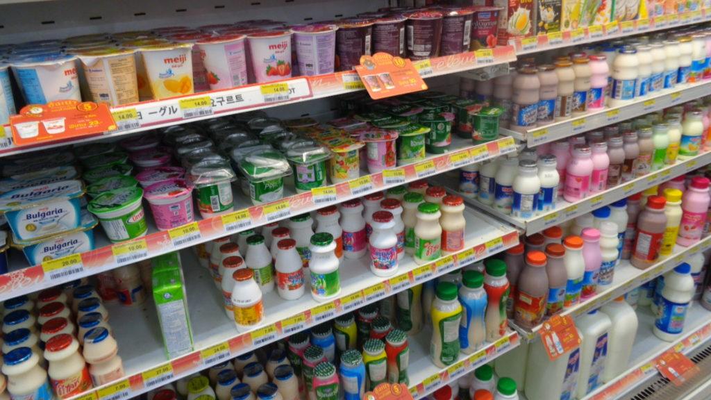 В 7eleven большой выбор йогуртов и кисломолочной продукции в том числе и соевое молоко.